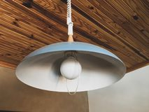 Rétro lightshade, toit en bois image stock