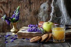 Rétro livre et verre de jus d'orange dans le matin Photos libres de droits