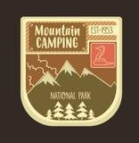 Rétro logo et emblème de montagne avec le serpent frotté Peut être f utilisé Photos stock