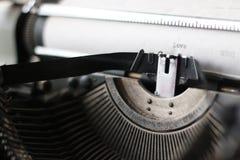 Rétro machine à écrire avec le livre blanc Photographie stock