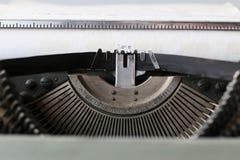 Rétro machine à écrire avec le livre blanc Images libres de droits