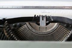 Rétro machine à écrire avec le livre blanc Photos stock