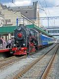 Rétro machine à vapeur noire avec la ligne bleue de chariot, Photographie stock libre de droits