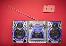 Rétro magnétophone de vieille école et cassette sonore sur un fond orange Technologies obsolètes Tendance de minimalisme Vue supé image libre de droits