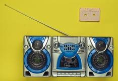Rétro magnétophone de vieille école et cassette sonore sur un fond vert Technologies obsolètes Tendance de minimalisme Vue supéri photographie stock libre de droits
