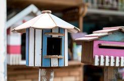 Rétro maison colorée d'oiseau dans le magasin de vintage photos libres de droits