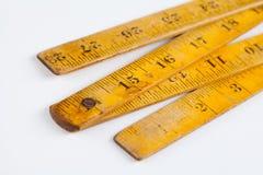 Rétro mesure en bois de règle de charpentier Outils de mesure Forme carrée Sur le fond blanc Profondeur de zone Images stock