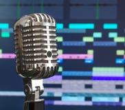 Rétro microphone au-dessus de logiciel d'enregistrement image stock