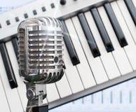 Rétro microphone au-dessus de piano images stock