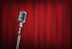 Rétro microphone audio avec le rideau rouge image stock