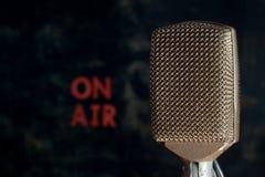 Rétro microphone avec sur le fond d'air Photos stock