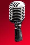Rétro microphone dénommé de chrome photographie stock
