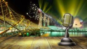 Rétro microphone d'isolement sur des lumières de ville image stock