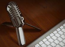 Rétro microphone de style avec le clavier moderne Images stock