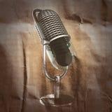 Rétro microphone peint sur le papier Photo stock