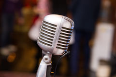 Rétro microphone pour le concert, musique cru images libres de droits