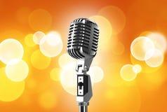 Rétro microphone sur la table en bois photo libre de droits