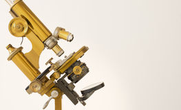 Rétro microscope d'or photographie stock libre de droits
