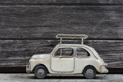 RÉTRO modèle classique de voiture avec le vieux fond en bois Photographie stock libre de droits