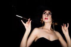Rétro modèle femelle de beauté avec le maquillage professionnel et l'embouchure à disposition femme de vintage de mode sur un fon image libre de droits