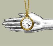 Rétro montre de poche sur la paume de la main du ` s de femme Photos stock