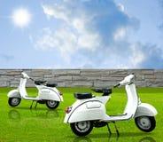 Rétro motocyclette blanche dans le jardin Images libres de droits