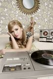 Rétro musique de plaque tournante de vinyle de femme d'Audiophile Photographie stock libre de droits
