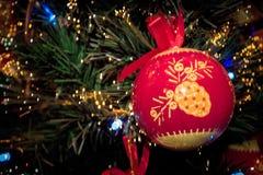 Rétro ornement de boule rouge de Noël sur l'arbre de Noël Photos stock