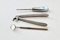 rétro Outils médicaux rares en acier pour le retrait de dents sur le fond blanc de gaze Photographie noire et blanche image libre de droits