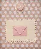 Rétro page d'album de style avec l'enveloppe de courrier et décoration de fleur sur le textile de modèle de point de polka de vin Image libre de droits