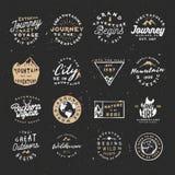 Rétro paquet extérieur de logos Les logos d'aventure de vecteur emballent avec l'effet approximatif et affligé illustration stock