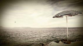 Rétro parapluie de style de plage isolée sur le rivage croate méditerranéen banque de vidéos