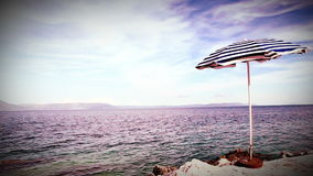 Rétro parapluie de style de seule plage sur le rivage croate méditerranéen clips vidéos