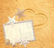 Rétro pastcard, étoiles de mer et coquille sur la texture de sable Photos stock