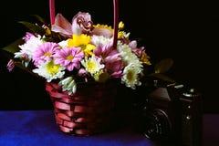 Rétro photo avec le panier de fleur Photos stock