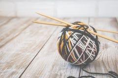 Rétro photo de boule moderne de couleur de laine avec les aiguilles en bambou de tricotage toned Photos libres de droits