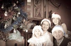 Rétro photo de famille heureuse dans Noël Images libres de droits
