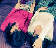Rétro photo de style des filles dans le lit prenant le selfie avec le comprimé Images stock
