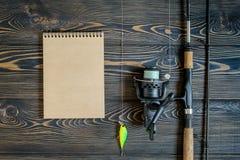 Rétro photo modifiée la tonalité d'équipement de pêche sur le pilier en bois Images stock