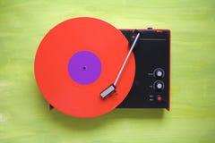 Rétro plaque tournante de hippies avec le disque vinyle rouge Photo stock