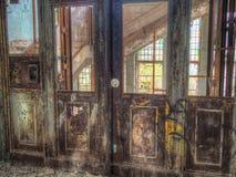 Rétro porte de vintage d'un vieil ascenseur Image stock