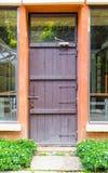 Rétro porte en bois avec l'avant d'herbe Image stock