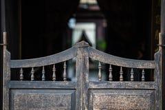 Rétro porte en bois occidentale de bar de vin photographie stock libre de droits