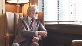Rétro portrait dénommé modifié la tonalité d'homme d'affaires se reposant dans le fauteuil au bureau banque de vidéos