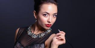 Rétro portrait de femme, se tenant sur le fond noir Photographie stock