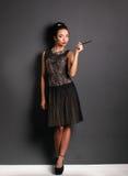 Rétro portrait de femme, se tenant sur le fond noir Image libre de droits