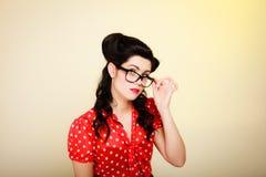 rétro Portrait de fille de pin-up dans des lunettes photographie stock libre de droits