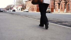 Rétro portrait de jambes de femme - elle marche loin sur une rue en pierre pavée en cailloutis - un pantalon classique plus ancie banque de vidéos