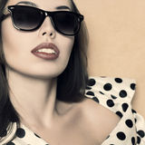 Rétro portrait de style de belle femme Image stock
