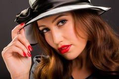 Rétro portrait de style de belle jeune femme Photographie stock